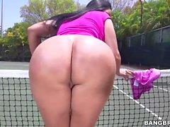 Enormes culo de Kiara Mia hace follar al pista de tenis