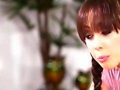 Jenna Sativa massages Avril ONeil rasé chatte humide