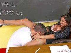 Ariella Ferrera vittuile hänen opiskelija