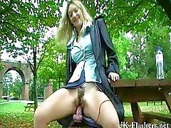 Milfs gigantische dildo masturbatie in het openbaar