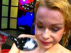 Teen rebecca noir montre cumplay avec cumswallow