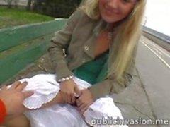 Petite blonde overtuigd voor een openbare seks en krijgt facialized