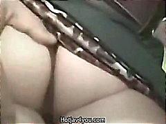 Nettes blondes Geschäftsfrau fingerte auf den öffentlichen Bush Orgasmus