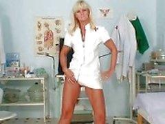 Mature Frantiska kut gapend in verpleegster uniform op