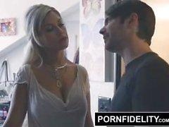 PornFidelity Bridgette B begrüßt ihr Bruder nach Hause