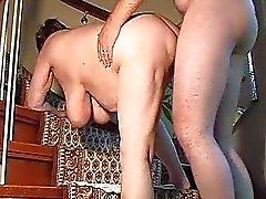 Mollige amateur vrouw speelgoed en zuigt en wordt geneukt