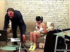 Caliente de chica joven de pelo negro deja lamer a por su antiguo maestro
