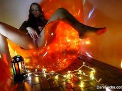 Morena sexy Dani Daniels tem uma sessão naughty solo em uma cadeira de laranja