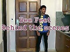 Пчелиный поз Сексуально демонстрируя его Азии мальчик ножек