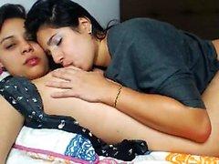 Hotties lesbiche adolescenti leccano la crema del corpo