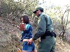 Amateur babe golpeado por el agente de BP mexicano por sneaking