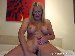 Desnuda tetona MILF Puma Swede jugando con tetas y el coño