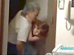 Aziatisch meisje krijgt haar kleine tieten wreef Trekken Guy pik op de bank In The Sitting Roo