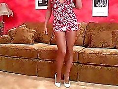 Classy chick geniet pronken haar benen in panty