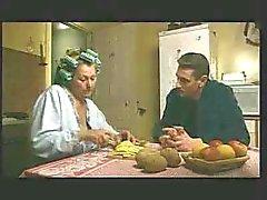 mature vrouw geeft blow job te soninlaw keuken