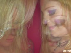 Brooke baner & Aurora Snow retar i kameran