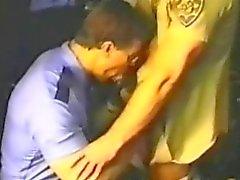 Büyük Cop görevlisine smoking ile emilen