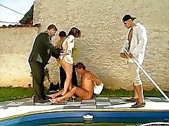 Makelaar zwembad gegangbanged door kopers