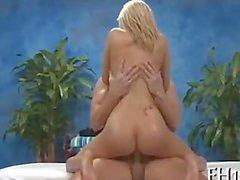 Di bibi Jones (alias Britney Beth ) che dà inghiottire cum dopo il massaggio anale