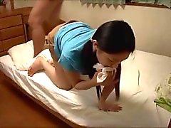 Les filles japonaises rendent facilement son professeur souffler d'une charge.