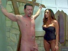 Milfy dominación de Ariella de Ferrera ya su male slave impotente