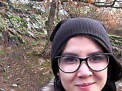 Bella se inclinó estudiante de euros durante jodida al aire libre
