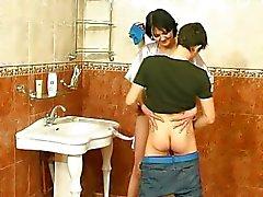 Guy knulla mogen kvinna på badrummet