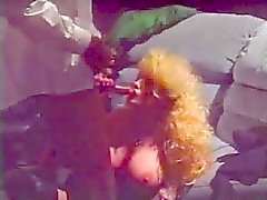 Grote titted oude blonde geneukt in de kont