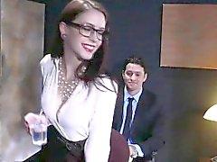 Anna de Ville fa inculare da un grosso cazzo di in un ufficio