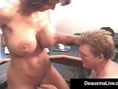 Casalinga matura Deauxma prende il cazzo di Hubby nel suo asshole!