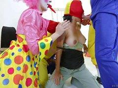 Big tits Dana Vespoli wird von geilen Clowns durchgevögelt