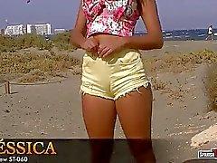 Un día en de la playa , adolescente impresionante en pantalones cortos ajustados