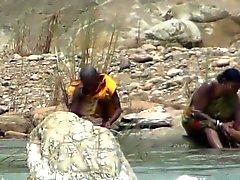 Lady frisk luft badar på flod vid Hidden webbkamera