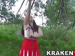 Scène extérieure avec une pom-pom girl obéissant grassouillet
