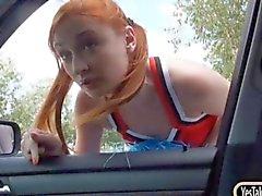 Porrista Redhead Eva Berger coño jodido en el coche