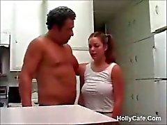 Teenager della procace scopare da uno uomo più anziano Molta