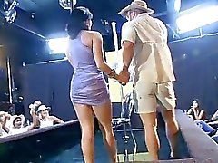 Vrouw neukt een stripper