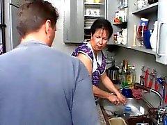 SEXY MOM N108 brunette duits volwassen in de keuken