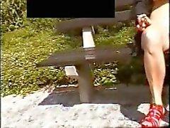 knipperen in het park op de bank