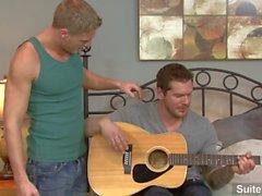 Gays de guitarra Gavin Waters y Parker London cantando y jodiendo bien