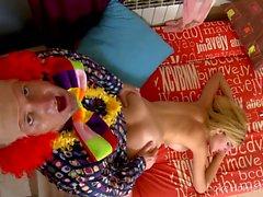 Big Tit Blonde wird von Clown gebohrt