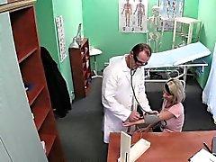 Crempie falso médico paciente embarazada tetona
