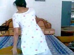 Punjabi Babe strips en masturbeert terwijl op telefoon