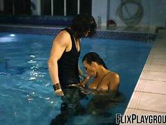 Rachel Starr knullar killen i poolen som en superhjälte