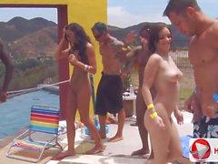 De candice Nikole Chayse Evans bord de la piscine