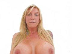 Brooke zeigt ihre großen Titten und enge Muschi