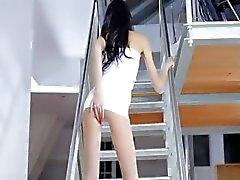 dunne Jasmin meisje dildoing op de trap