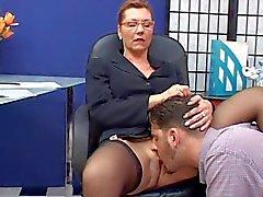 Classy mature secretaresse geneukt