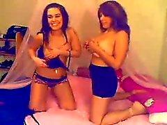 Mjuka två tjejer på cam och ett band på