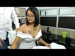 Şirin esmer piliç göğüslerini kamuya gösterir